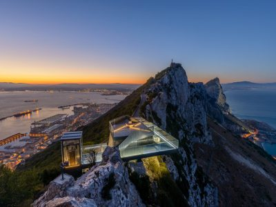 ایستگاه شیشه ای با چشم انداز جبل الطارق